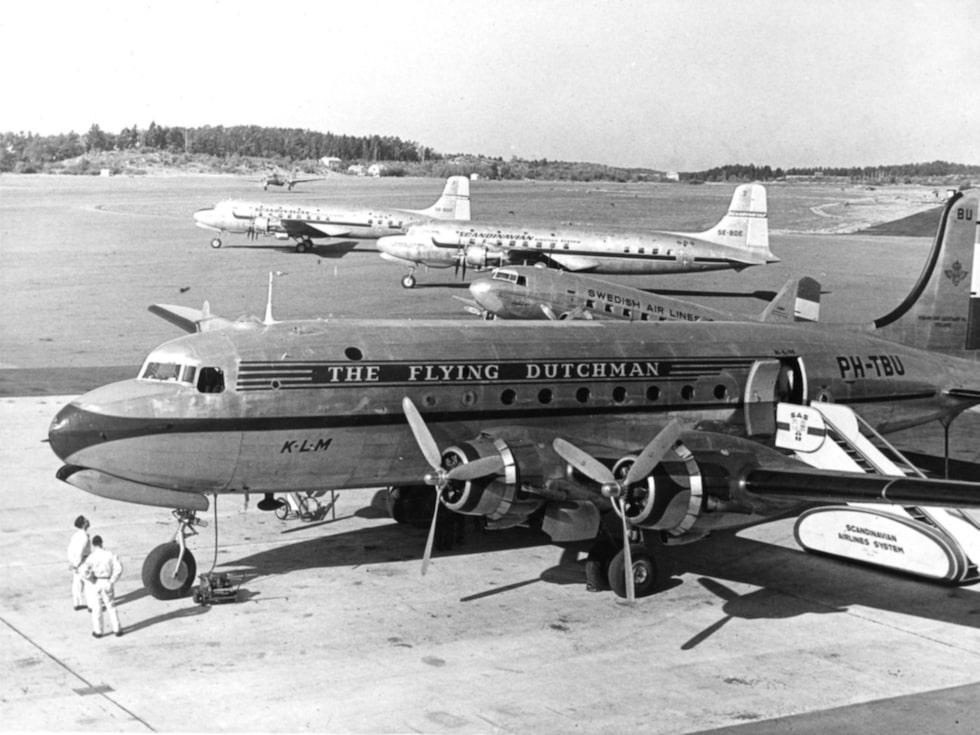 Ett av KLM:s flygplan inväntar avgång från Bromma flygplats år 1948.