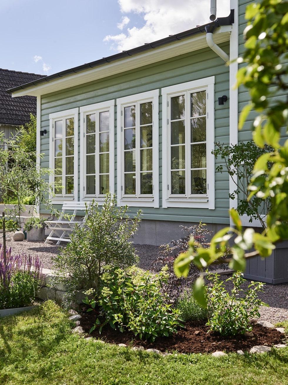 Therése och Nicklas har båda ett stort trädgårdsintresse och de har skapat en trädgård att njuta i, inredd med rabatter med prunkade blommor och odlingslådor som dignar av grönsaker