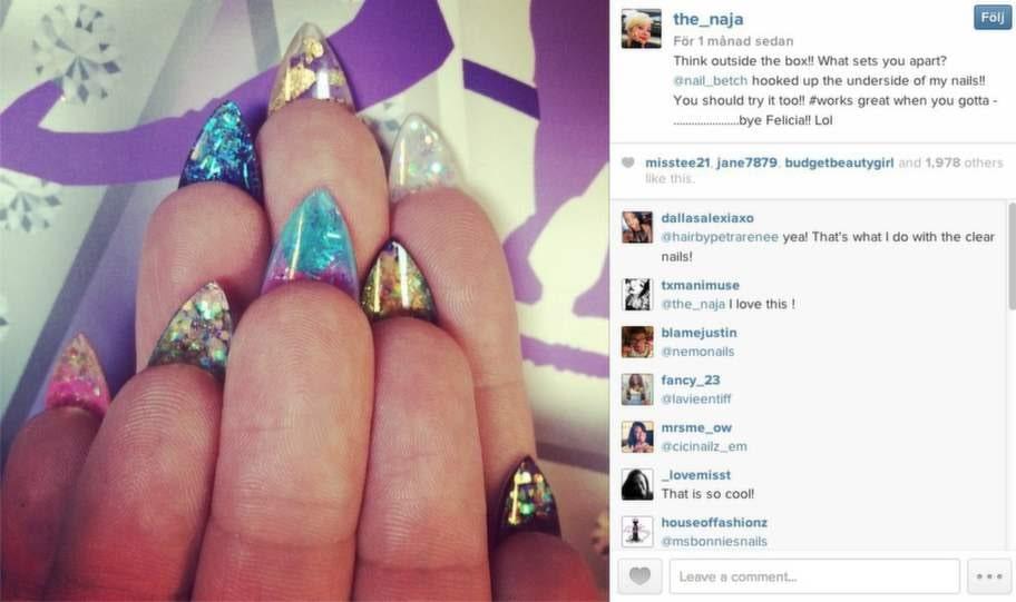 The naja målar sina naglar på båda sidorna liksom...