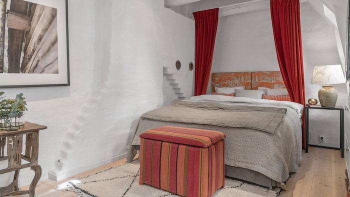 Sängen nedfälld och plötsligt har det förvandlats till läckert ett sovrum.