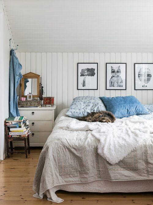 Sovrummet har fått vitmålad träpanel. Tavlorna med svarta enkla träramar är Hannas egna, Hannaprint. Överkast från Svenems i Ulricehamn.