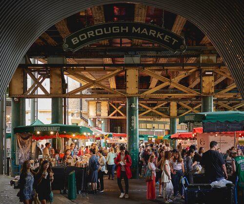 Matmarknaden Borough Market är belägen under London Bridge.