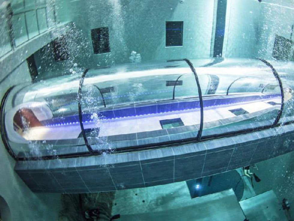 Den som inte vill dyka kan besöka poolen i en sådan här tunnel.