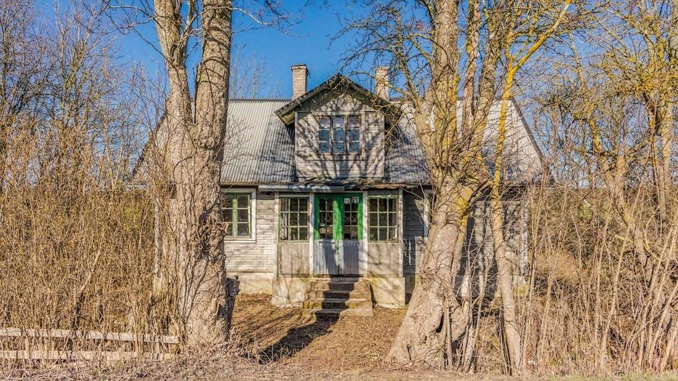 Men det kusligt öde huset har potential att bli ett riktigt drömhus i lantlig stil.