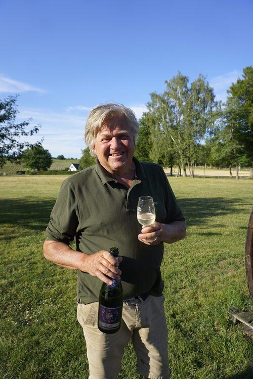 Bubbeldags på Skepparps vingård. Bengt Åkesson är mer än nöjd med sina viner.
