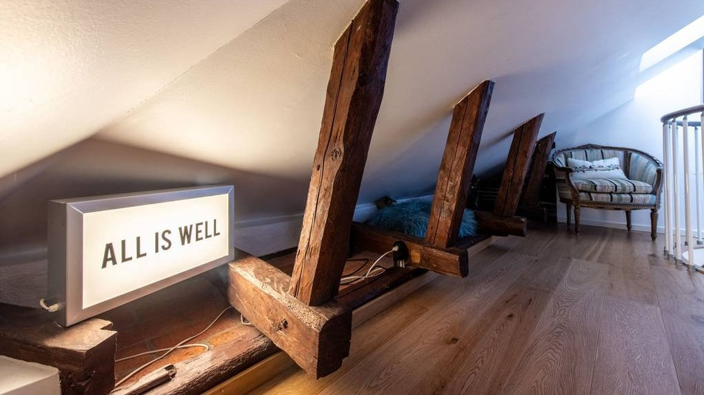 Bjälkarna är ett exempel på bevarade detaljer i det lilla huset.