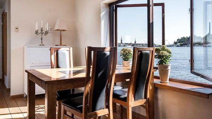 Matsalsbordet med fönster ut mot vattnet.