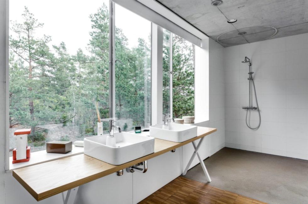 Badrum med utsikt mot naturtomten.