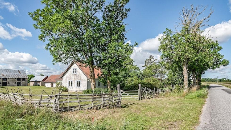 Gården ligger i Gothem på Gotland och är nu till salu för 1,3 miljoner kronor.