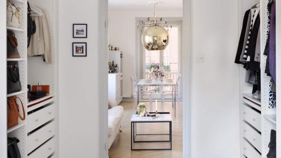 Stor garderob. Innan för dörren till sovrummet har Therese designat en hörna med walk in closet-känsla.