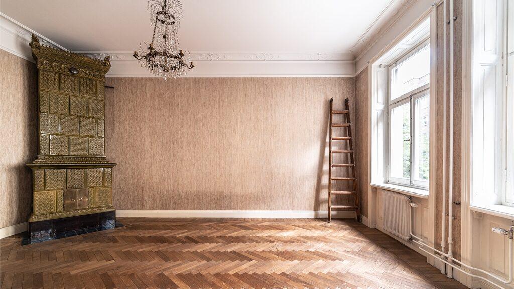 Vacker sekelskiftesvåning mitt i Stockholm står nu tom och övergiven.