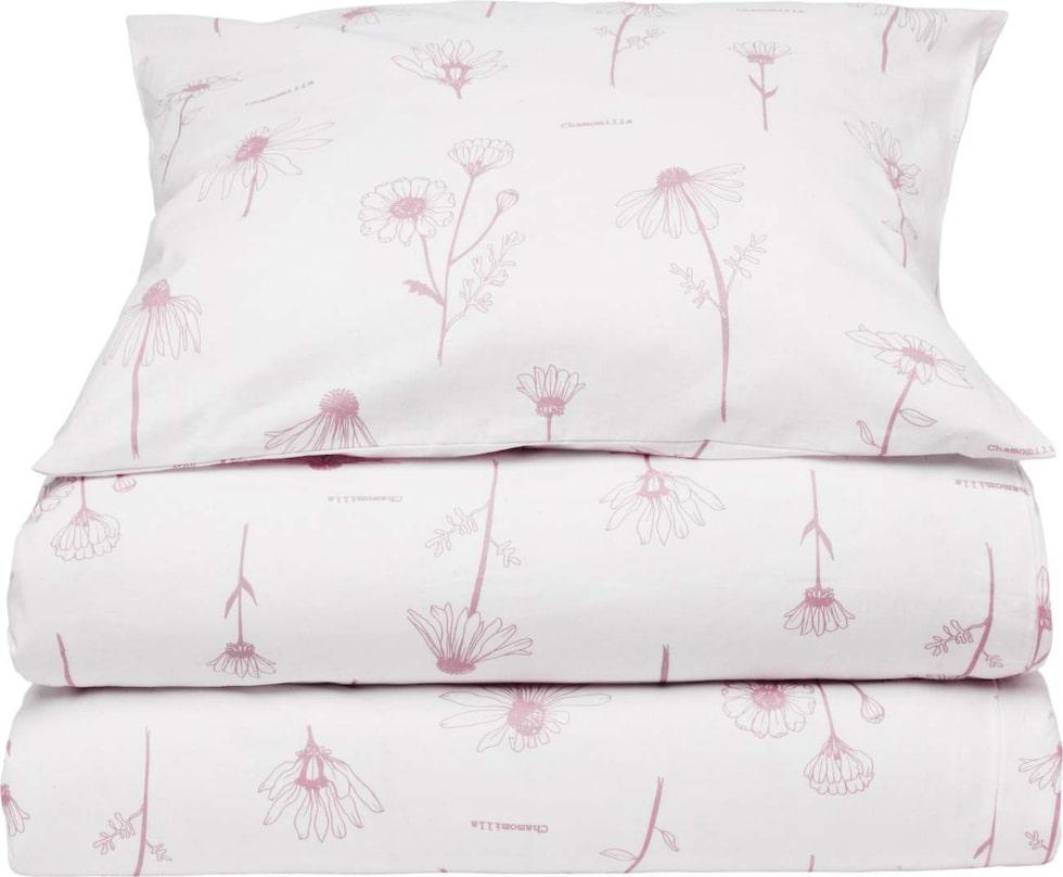 Bäddset Chamomilla med rosa mönster. Påslakan 150x210 centimeter, örngott 50x60 centimeter, i miljömärkt bomull, 99 kronor, Ica Maxi.