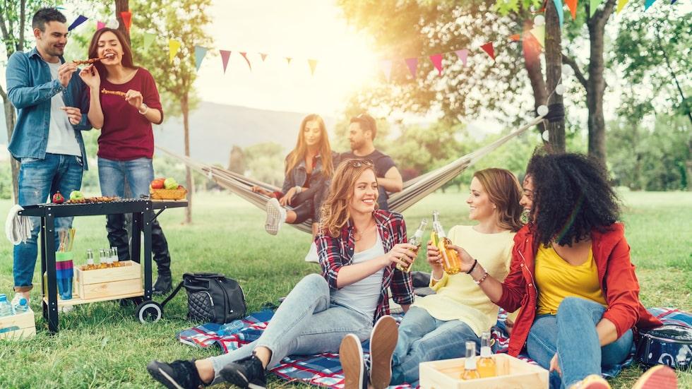 I Sverige ser många valborgsmässoafton som en trevlig högtid där våren firas. Många samlar sina nära och kära för att umgås och grilla.