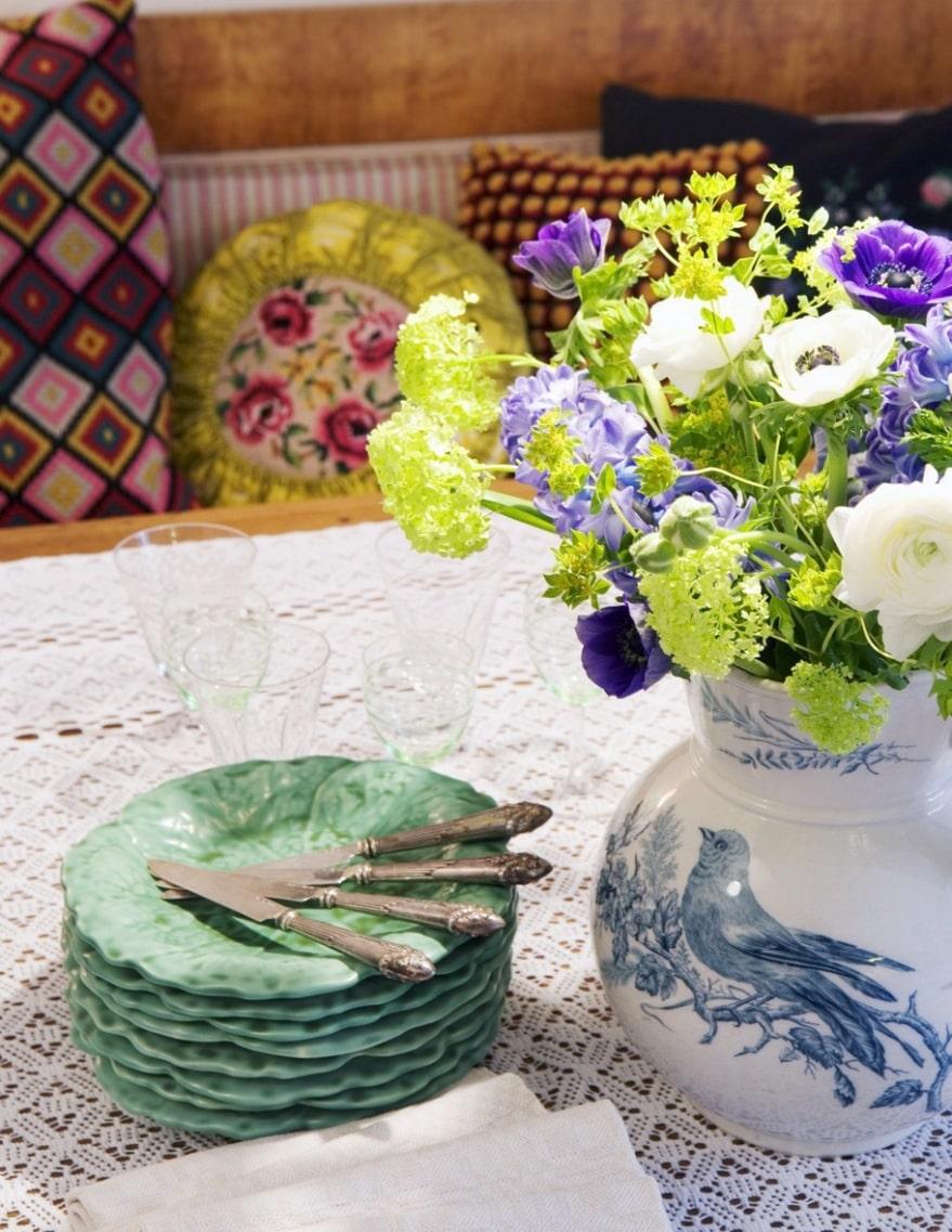 Fyndat. Första auktionsfyndet som är en Rörstrandskanna tillsammans med arvegods, ovanliga gröna tallrikar i form av näckrosor.