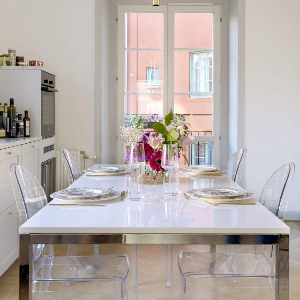 Matplats. Therese har designat köket så att det ska smälta in i övriga inredningen. Taklampa från Flos, stolar från Kartell.