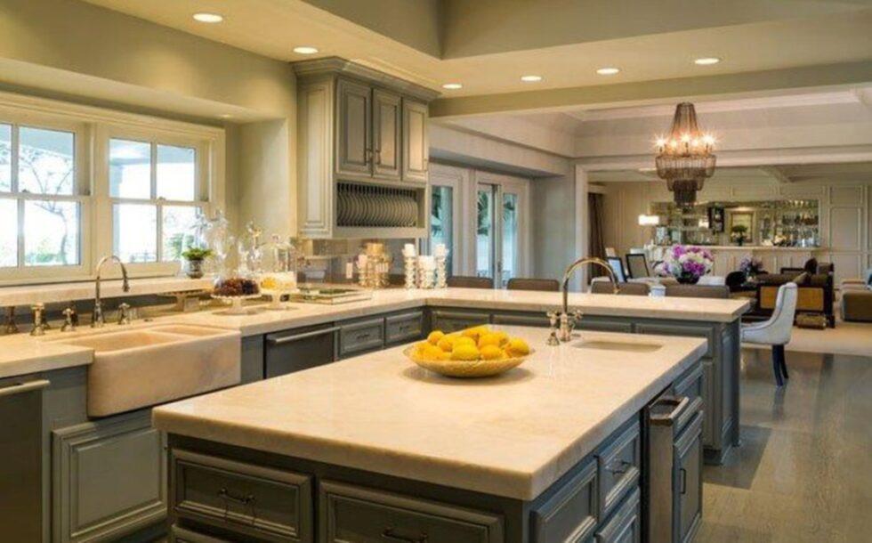 """Ett stort lyxigt kök med allrum som går att öppna upp mot gårdens """"vardagsrum"""" och poolområde. Foto: toptenrealestatedeals.com"""
