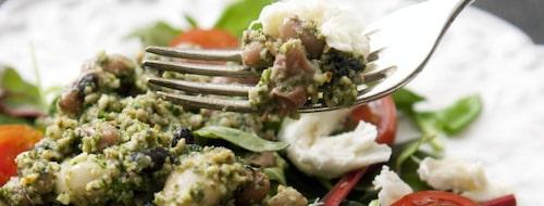 Fräsch och matig sallad med bönor och rucolapesto.