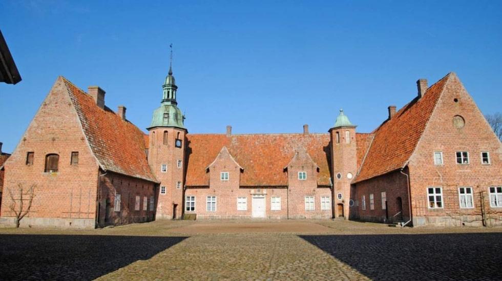 Rosendals gods utanför Helsingborg blev Sveriges dyraste hus 2015. Inte konstigt – det är ett stort gods med tillhörande renässansslott från 1600-talet.