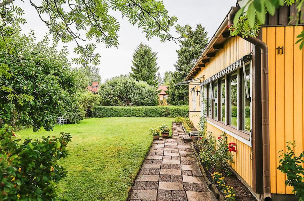 Priset för villan och tomten ligger på 3 995 000 kronor.