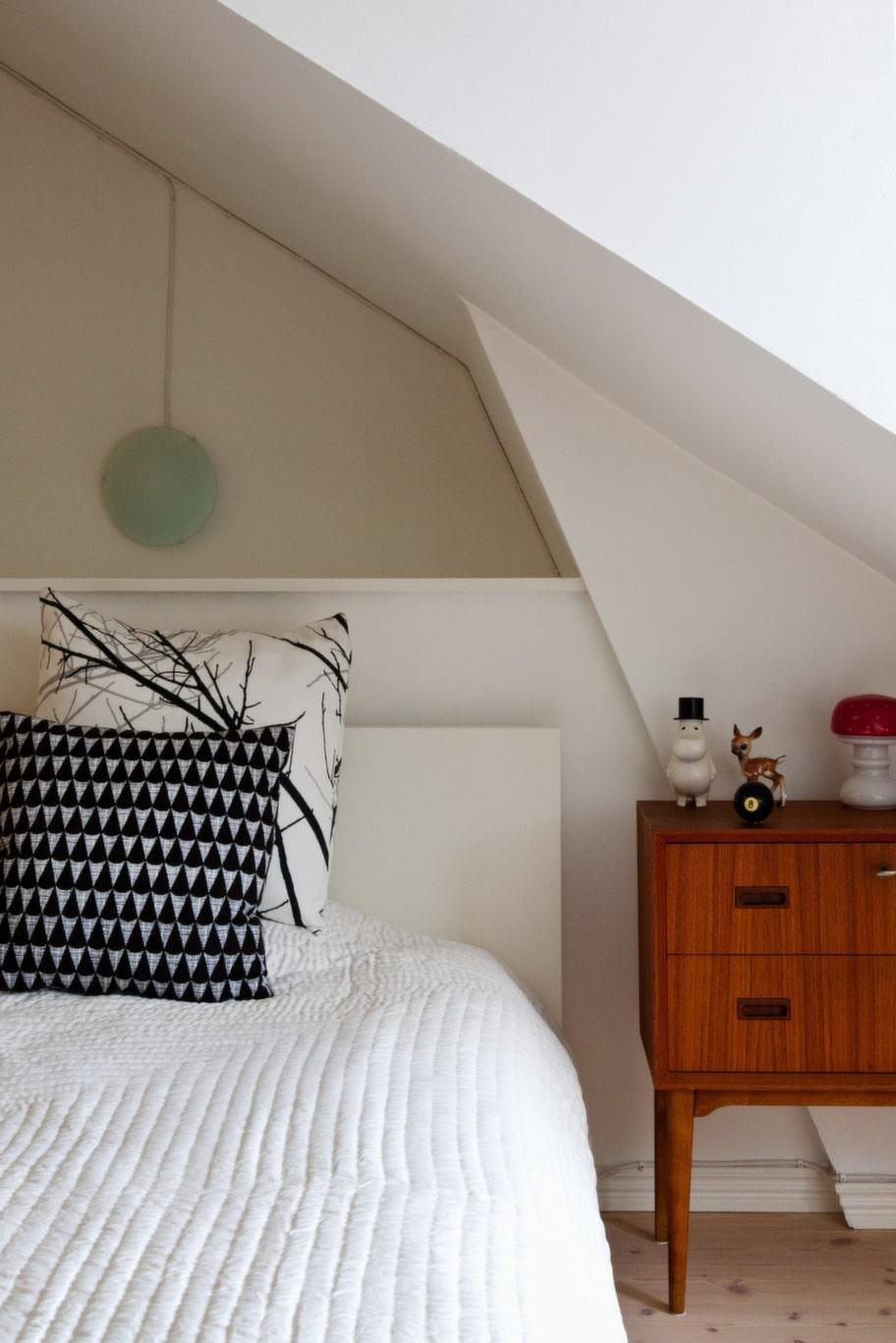 Lutande tak. Sovrummet som ligger på övervåningen.<br>