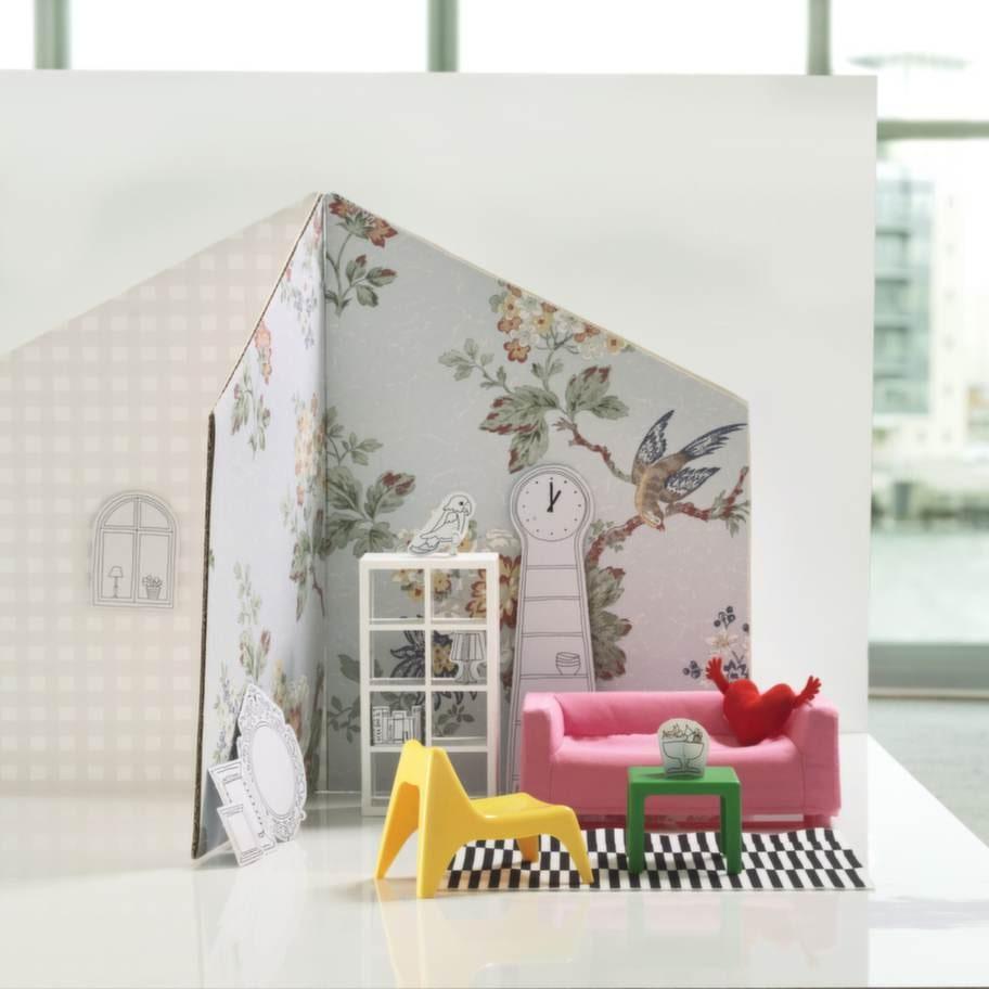 HUSET är klassiska IKEA möbler i miniatyr. Soffan Klippan, mattan Stockholm Rand och bordet Lack passar numera utmärkt även i ett dockhus.