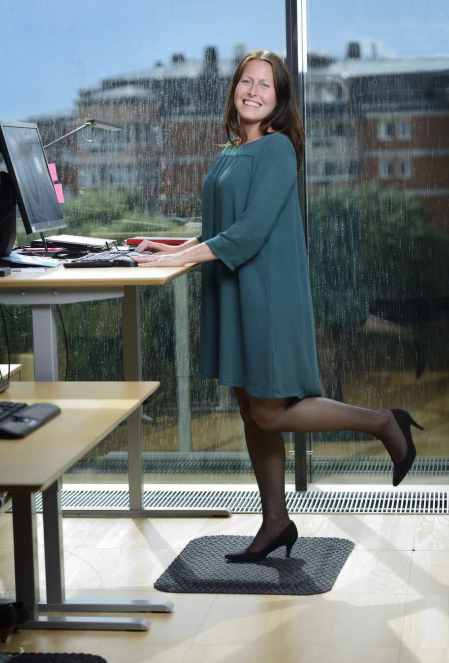 """STÅMATTAChristina Söderlund, 33 år, vd-sekreterare på Postkodlotteriet, har  fått bättre hållning och bålstabilitet efter att börja stå halva sina  arbetsdagar.""""För ett och ett halvt år sedan såg jag en kollega som testade en ny sorts matta och sa till vår kontorschef att jag också ville prova eftersom jag får så dålig hållning när jag sitter mycket. Mattan gör en otrolig skillnad för fötterna och ryggen, jag kan stå mycket längre, till och med i högklackat. Innan stod jag kanske sammanlagt en och en halv timme, nu står jag halva dagarna och i början fick jag faktiskt träningsvärk i mage och rygg. Enda gångerna jag sätter mig ner är när jag behöver koncentrera mig extra mycket, som när jag ska fylla i ett Excelark eller redigera bilder, men ska jag bara läsa eller skriva mejl så står jag upp. Min hållning har blivit bättre, liksom bålstabiliteten. Nu har vi som arbetar nära varandra börjat pusha varandra, så när någon ställer sig upp följer alla andra efter."""""""