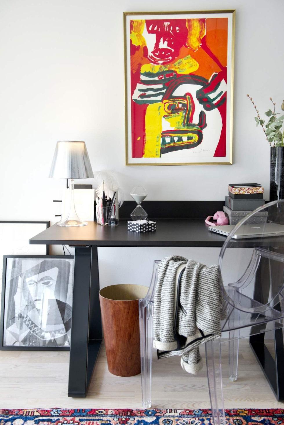 I hemmakontoret blandas arvegods med klassiker. Stol och bordslampa från Kartell. Skrivbord från Asplund. Papperskorg i mahogny, designad och tillverkad av Catrines farfars bror som var designer på 50-talet. Tavla på väggenav Bengt Lindström, på golvet syns Vega Åbergs, Catrines farmors, verk.