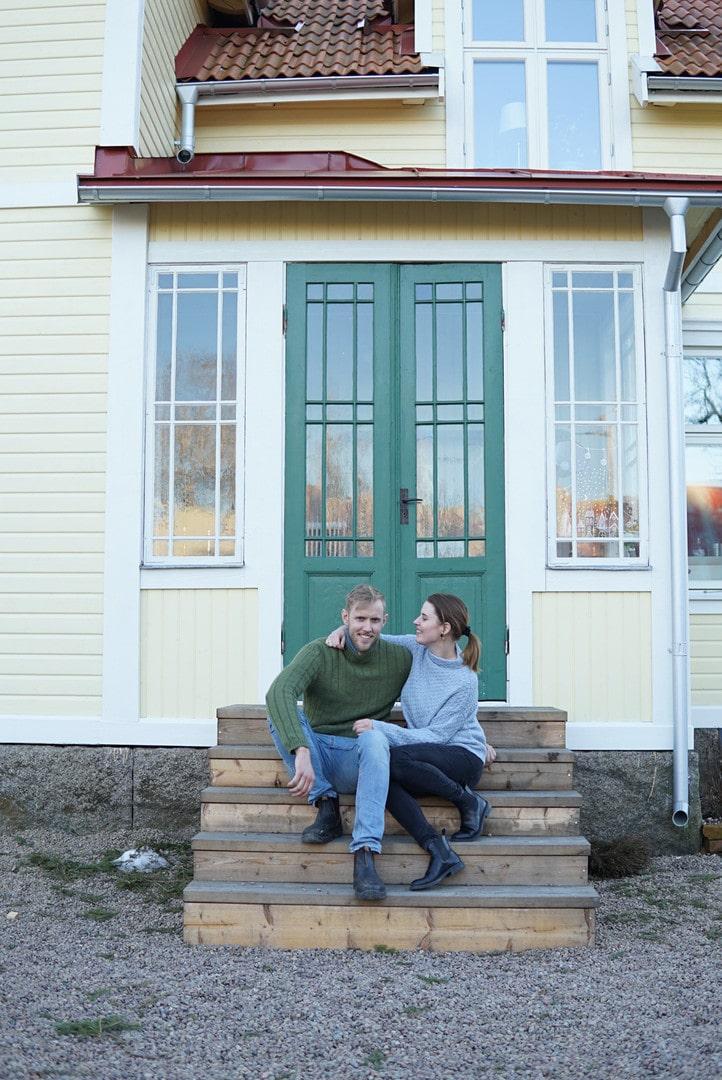 Lisa Petersson och Gusten Lantz köpte ett ödelagt hus för några år sedan. I dag är det varken öde eller förfallet – i dag bor paret här tillsammans med sin dotter.