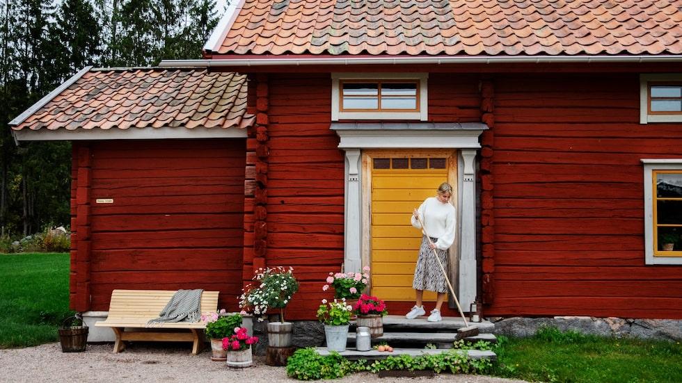 Till vänster syns utbyggnaden som inrymmer badrummet. Bänken har Emma-Lisas pappa Ola snickrat. Dörren kommer från Dalfors snickeri.