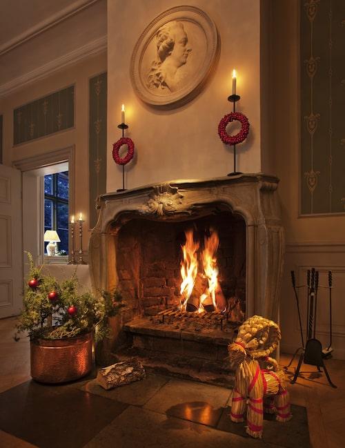 På Åkehovs slott kan du äta en riktig klassisk julmiddag och avrunda med ett glas glögg framför en värmande brasa.