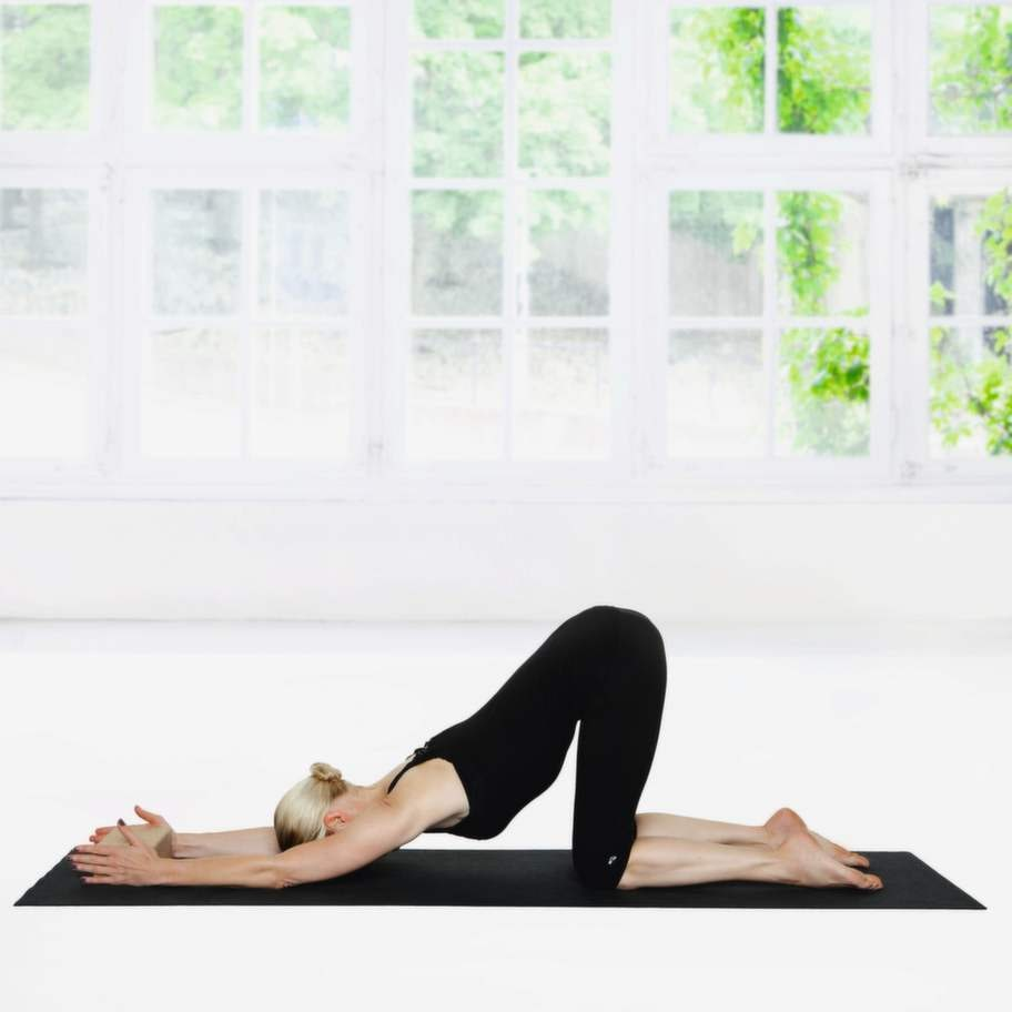 1 SytrådenGå framåt med händerna tills du kan sänka bröstkorgen ner mot mattan och hålla en rak linje från knä till höft. Håll positionen i två minuter.