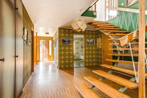 Stor hall och specialbyggd trappa till andra våningen.
