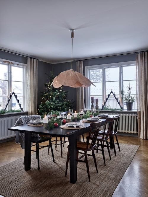 Väggarna i vardagsrummet är målade i en mörkt grå ton.