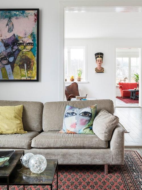 Hannas tavlor och tyger pryder både soffor och väggar i hemmet i Önnered i Göteborg. Soffa, Fredrik, Dux.