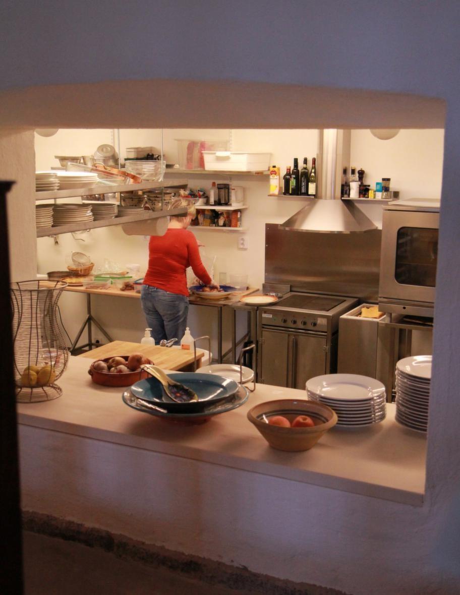 Modernt kök. Ibba i det nu moderna köket. Det har tagit ett år att renovera den gamla maskinhallen så att det har blivit ett funktionellt restaurangkök med ett tillhörande kafé.