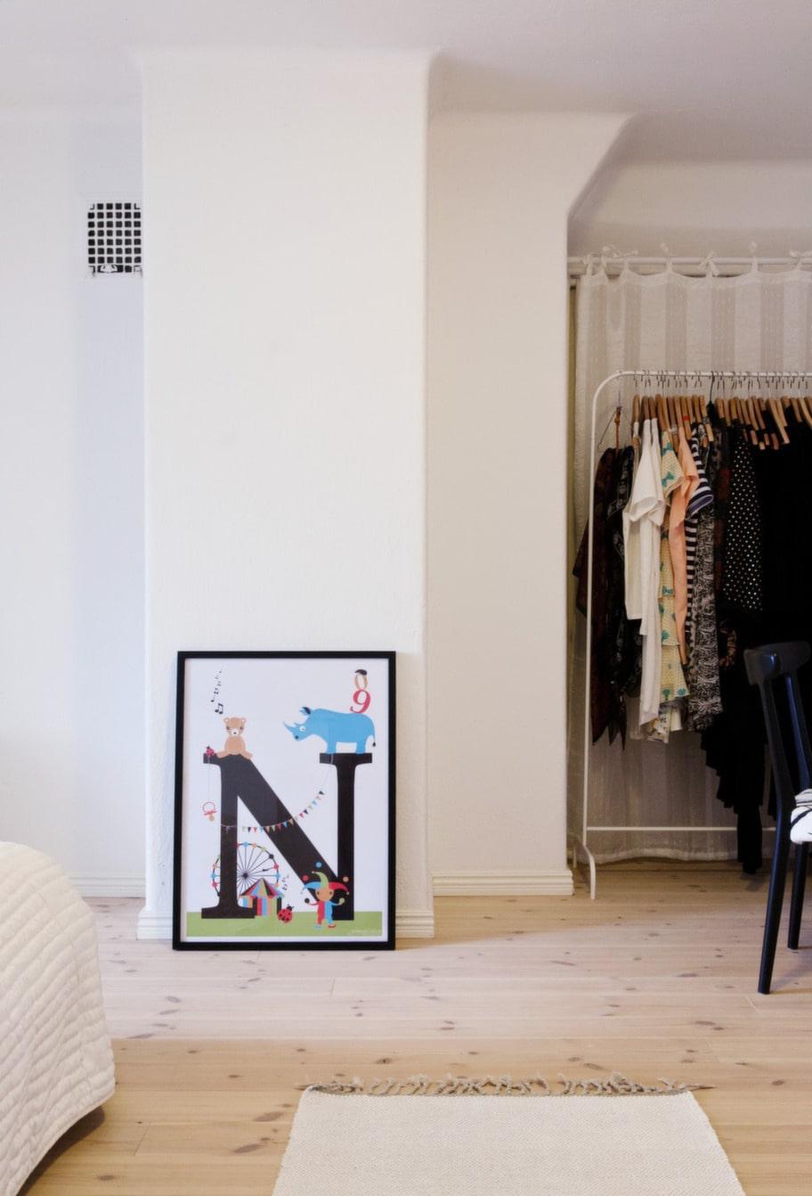 Johannas tavla. N-tavlan i sovrummet är designad av Johanna som illustrerar och säljer bokstavstavlor till barn - bokstavisar.