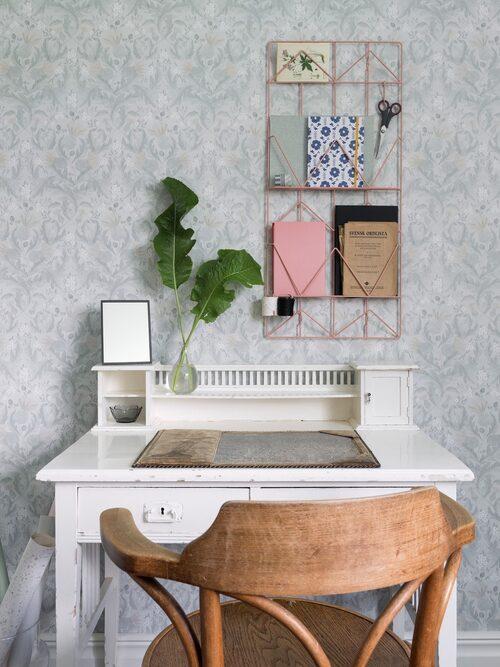 Lina och Robin har ett gammalt skrivbord i sitt sovrum, som ingick i husköpet.Anslagstavla Kvicksund, Ikea.
