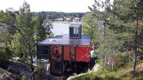 Arkitekten Måns Tham har ritat ett hus på pålar som passar på den ganska svårtillgängliga tomten.