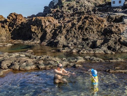 Playa Punta de Gáldar har några mindre klipp-pooler ett par trappar ner från samhället.