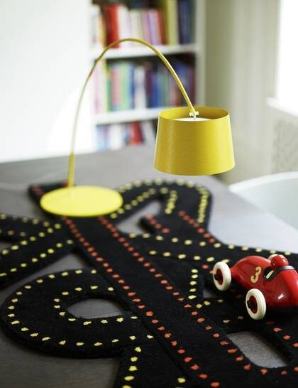 Kolfiber. Bordslampa Twiggy, höjd 79 cm, kolfiberarm med plastskärm, 3 625 kronor, matta Runway, 995 kronor, leksaksbil Racing car, 650 kronor, allt från Room.