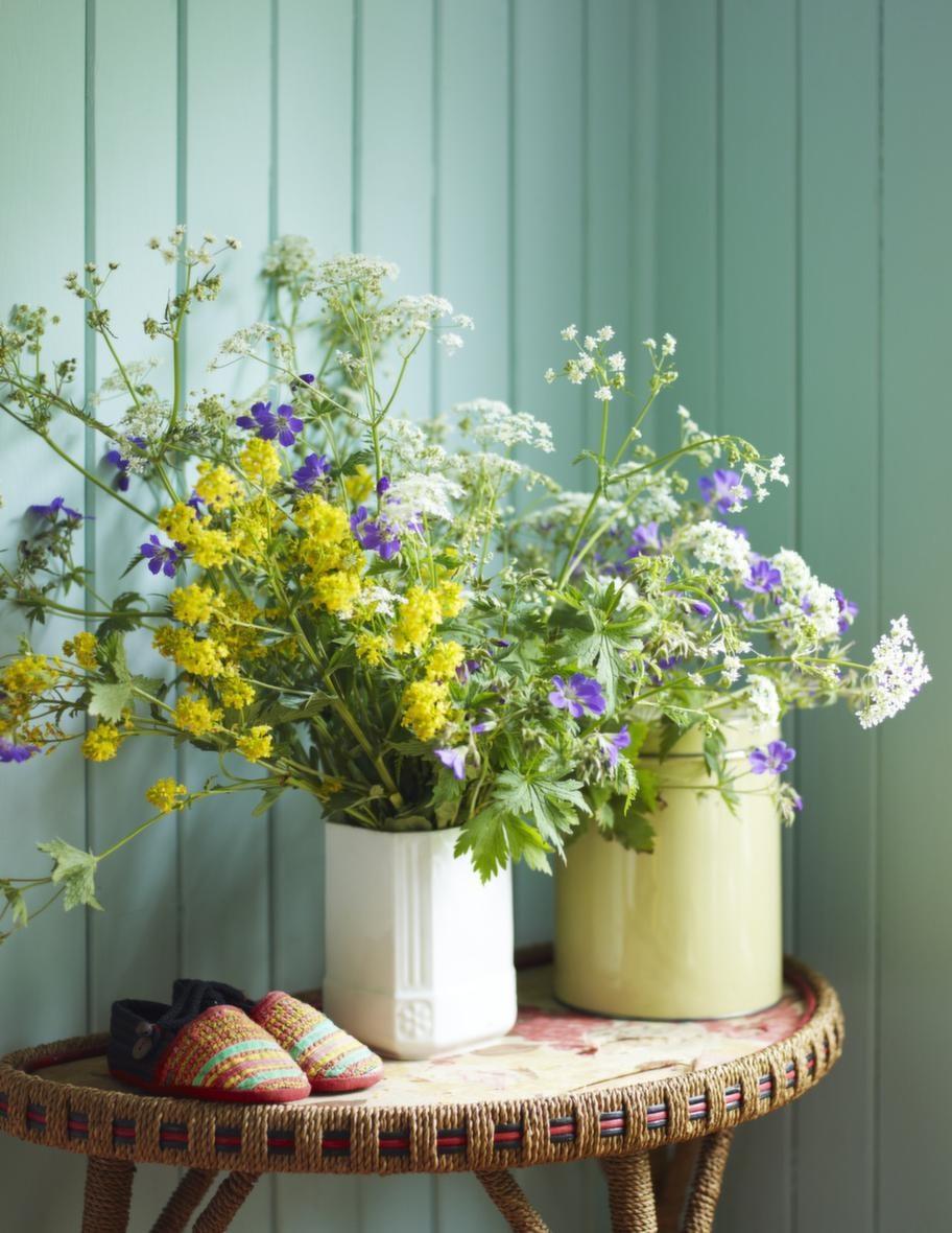 StillebenBåde bordet och vasen är loppisfynd och blommorna är plockade på ängen. Emaljerad burk, 250 kronor, Evensen antik. Barntofflor, 199 kronor, Medinan.