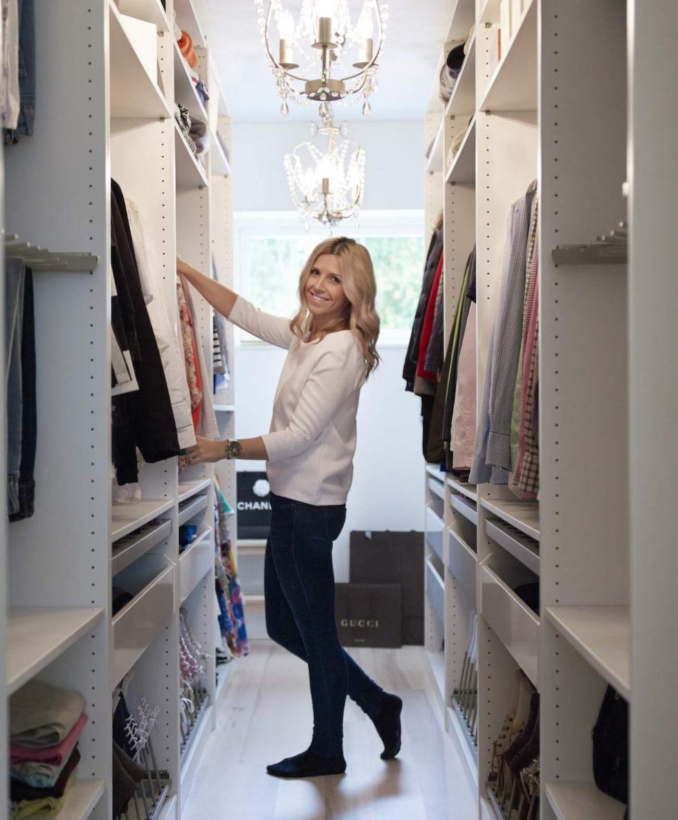 I anslutning till Elmas och Mattias sovrum finns en generös walk in-closet. Lampor Ikea.