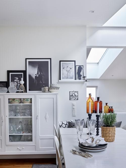 Det vita skåpet med glasdörr köptes på annons för 300 kronor för 35 år sedan och har hängt med sedan dess. När Maries dotter Amanda var liten stod skåpet i hennes rum som dockhus. Nu är det förvaring för vaser och porslin.