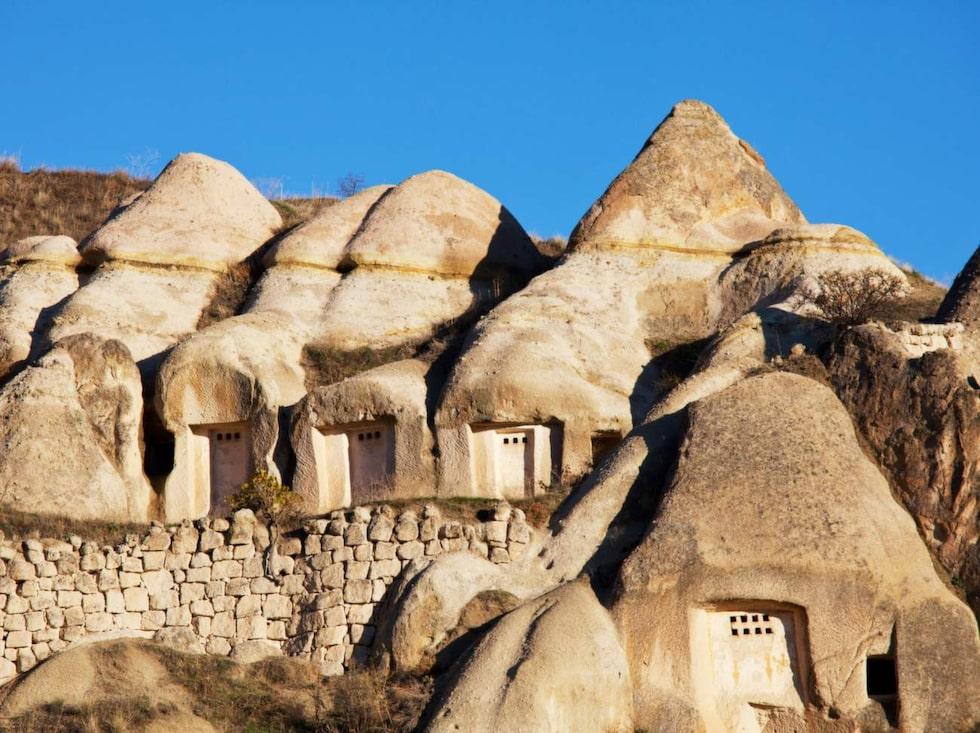 Första gången människor bosatte sig här var 5000 år före Kristus. På 200-talet högg kristna på flykt undan romarna ut grottor ur den porösa stenen.