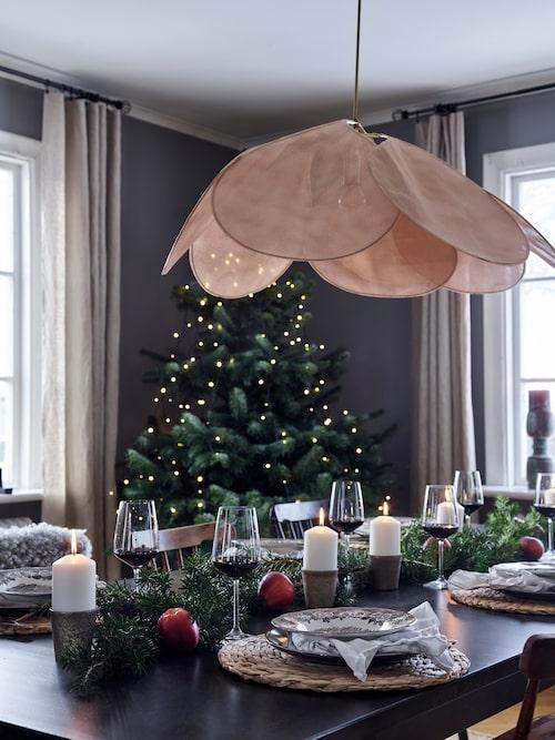 Taklampan över det juldukade matbordet i vardagsrummet är beställd från en butik i Paris.