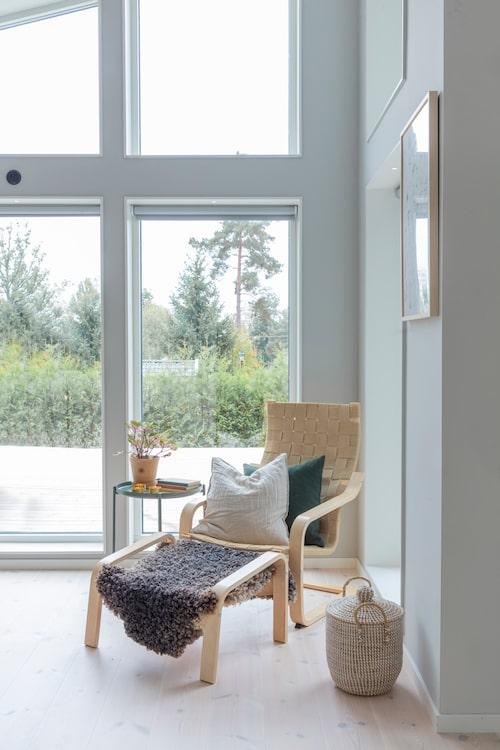"""Fåtöljen har Angelica och Gustav tillverkat själva av en stomme från Ikea och sadelg jord i jute med instruktioner från boken """"99 Hacks"""" av Monica Karlstein. Korg, Jysk."""