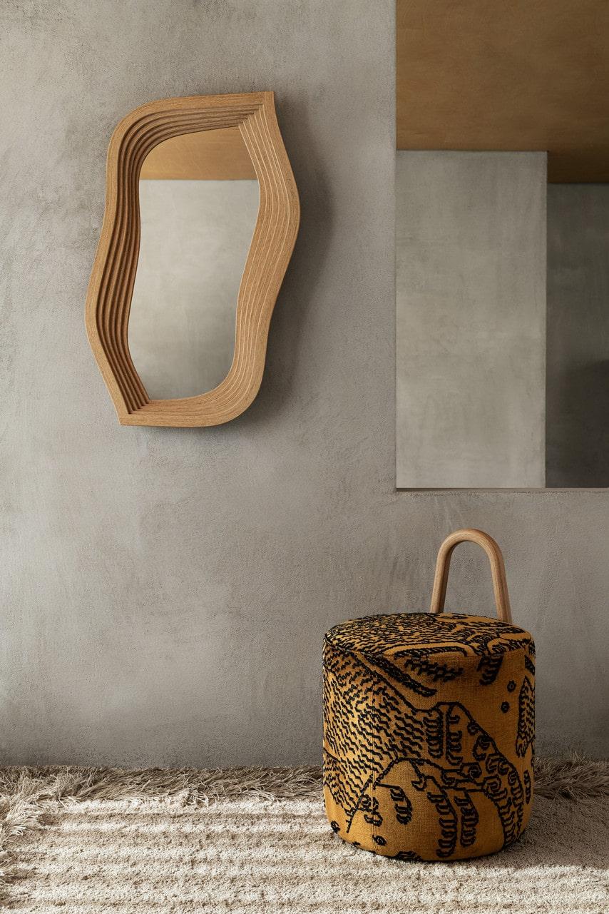 Spegel Amstele design Front, 10 286 kronor, puff med handtag design Khodi Feiz, 5 697 kronor, Swedese.