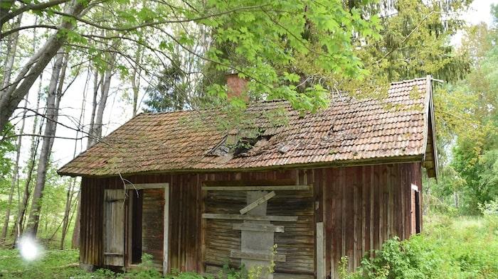 Ett fint litet uthus står strax bredvid huvudbyggnaden. Idag något fallfärdigt.