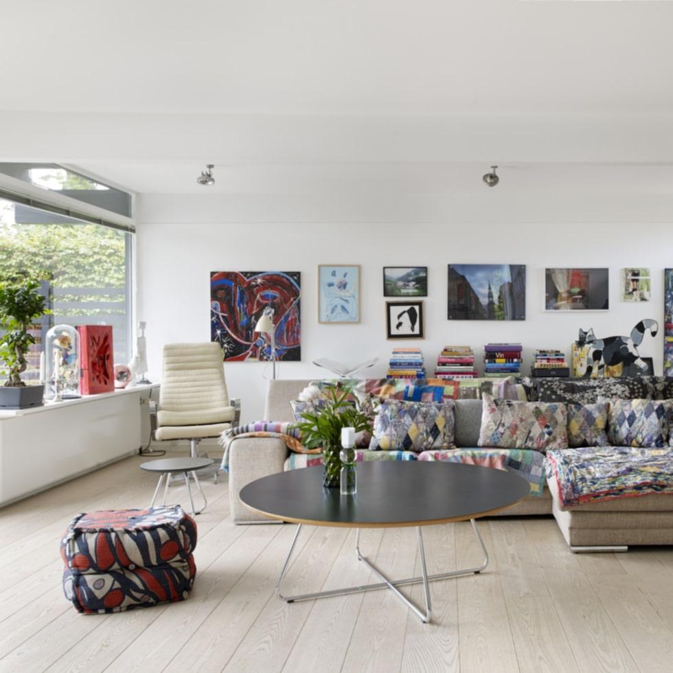 På soffan från Ilva ligger indiska täcken i härliga färger och mönster. Kuddarna i soffan har Lauras syster Andrea designat. Fåtölj från Boolia, soffbordet heter Cocoon och är i från Design by us. Lampa från Bestlite.