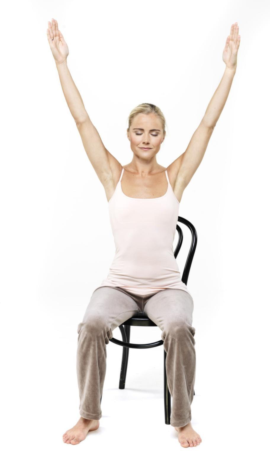 """<strong>1. Eldandning</strong><br>Sitt rak i ryggen, på en stol. Sträck armarna upp över huvudet, som två visare där klockan visar fem i ett. Ha slutna ögon och fokus i en punkt mellan ögonbrynen (genom alla tre övningar).<br>Börja eldandas med korta, lätta snabba andetag genom näsan. Tänk mantrat """"sat"""" när du andas in och """"nam"""" när du andas ut i takt med andetagen. När du andas in går magen ut, när du andas ut dras magen in. Håll på i en till tre minuter.<br>Avsluta med rotlås: Andas ut, håll och knip samtidigt bäckenbotten, urinvägstrakt och mage. Håll tio sekunder. Andas in, slappna av, vila en till två minuter.<br>"""